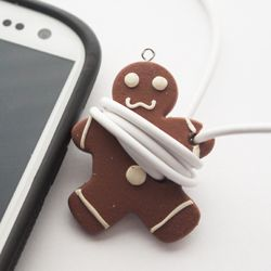 Make your own gingerbread man cord keeper for yourself or as gifts for your techie friends. Printable packaging included. Check it out!