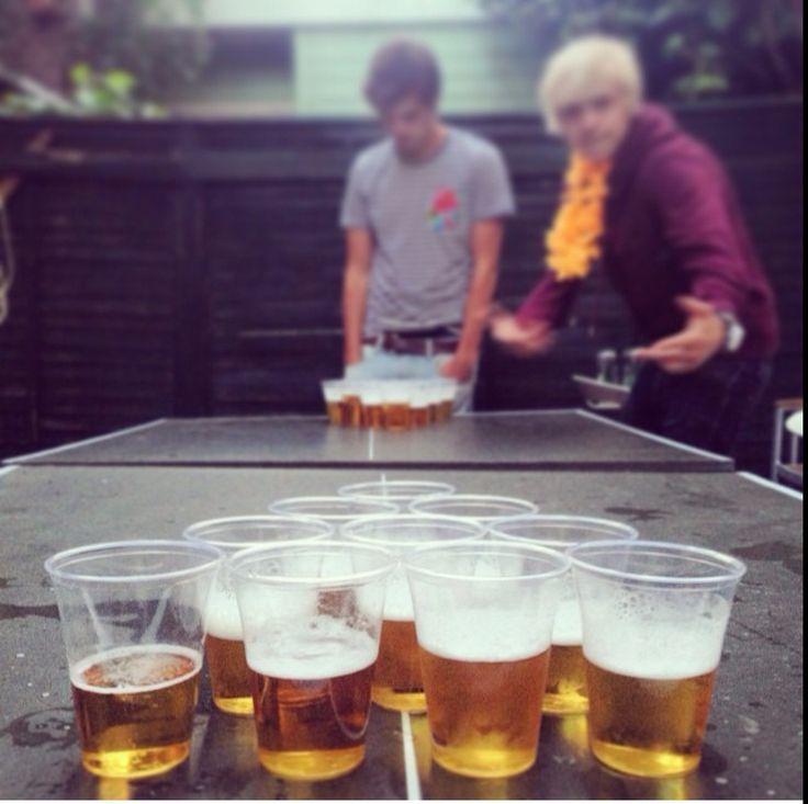 Jongens van zomaer zijn een bier spel aan het doen
