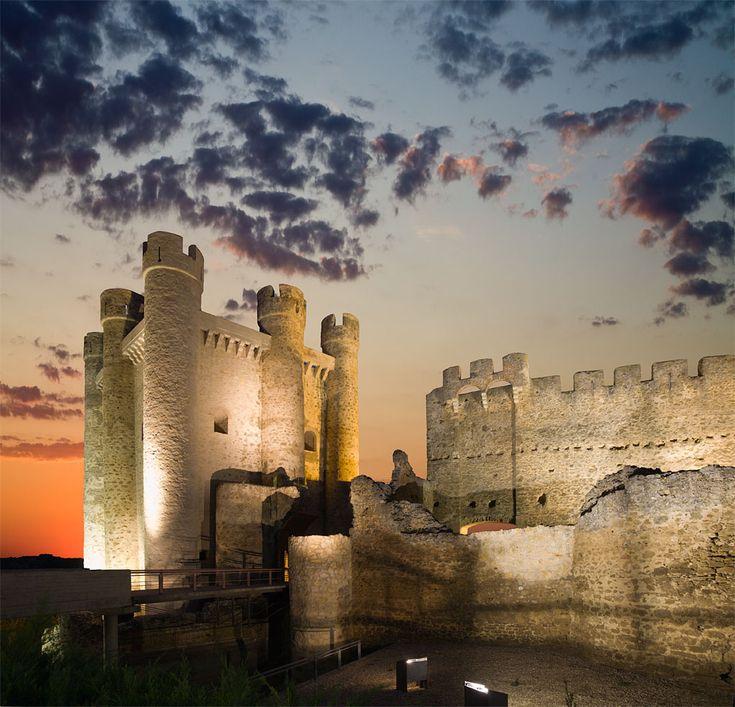 Castillo de #Valencia-de-Don-Juan . (León) De arquitectura gótico-militar, fue abandonado a mediados del siglo XVI, su desmoronamiento se inició en el siglo XVII, desapareciendo sus forjados, bóvedas y cubiertas, además de las yeserías mudéjares que decoraban el interior de sus muros