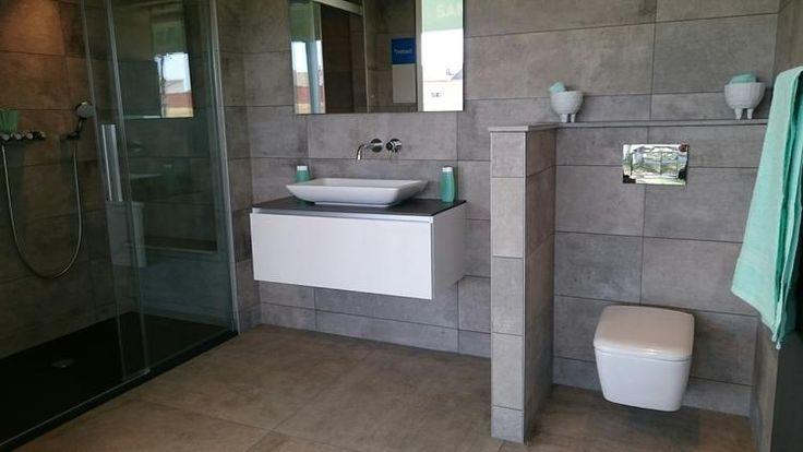 Prachtige badkamer met opzetkom en wit sanitair. De douchebak in in het antraciet zodat de grijze tegels er nog beter uitkomen. De tegels zijn met en zonder relief in diverse afmetingen. Gezien bij Astra Sanitair in Woerden  www.astra-badkamer.nl