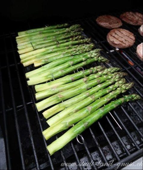 Grüne Spargeln vom Grill. Spargeln ganz einfach mit etwas Öl 10-15 Minuten grillieren.