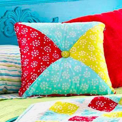 Free pattern - Hourglass Pillow @ AllPeopleQuilt.com