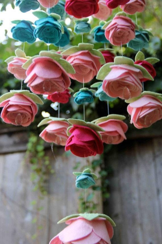 Hanging felt roses.. this is really pretty for outside in the garden or to hang in a girls bedroom!
