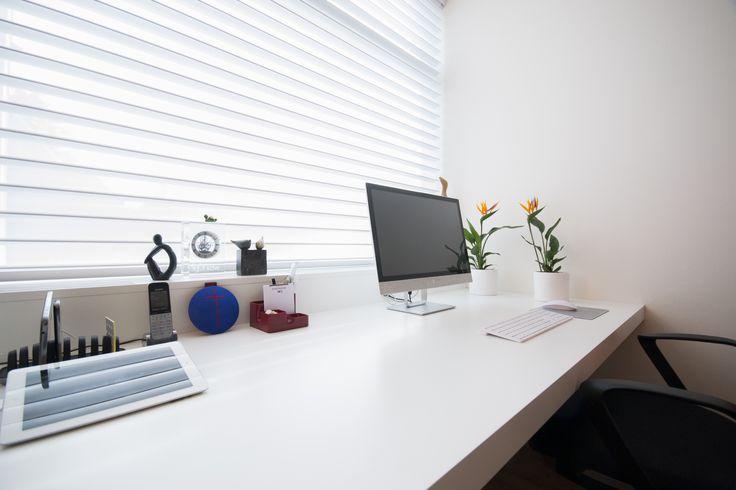 Strak wit bureau met radiatoromtimmering voorzien van roosters. Locatie Woensdrecht.