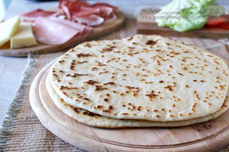 La Piadina romagnola simbolo della cucina e della tradizione romagnola, servita intera o a spicchi, farcita o al naturale, ma provatela con la nutella..