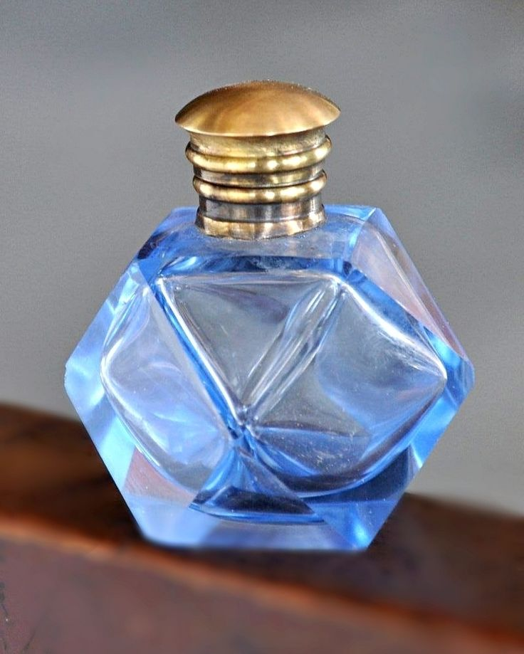 """Unique & Rare Vintage Diamond Cut Glass Perfume Bottle  Get it from our online store visit:  Singhalexportsjodhpur.Com and search for """"21739"""" in the search box  Use code EARLYBRD5 to get amazing discounts.  LALJI HANDICRAFTS - WORLDWIDE SHIPPING - EXCLUSIVE HANDICRAFTS  #homedecors #homedecorideas #homedecorations #homedecorator #homedecorshappy #perfumebottle #perfumebottles #oldperfumebottle #oldperfumebottle #vintageperfumebottle #vintageperfumebottles #glassbottle #glassbottles…"""