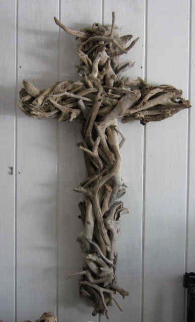 Drift wood cross  #Art #Design #DIY #religious #Coastal #Decoration #Eco  +++ Cruz Crucifijo hecho con trozos de madera del mar Reutilizar #Arte #Diseño #Decoracion