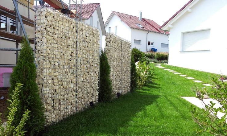 gabionenwand-gabionenzaun-moderne-gartengestaltung-sichtschutz-hecke-zypresse-rasen-nachbarschaft