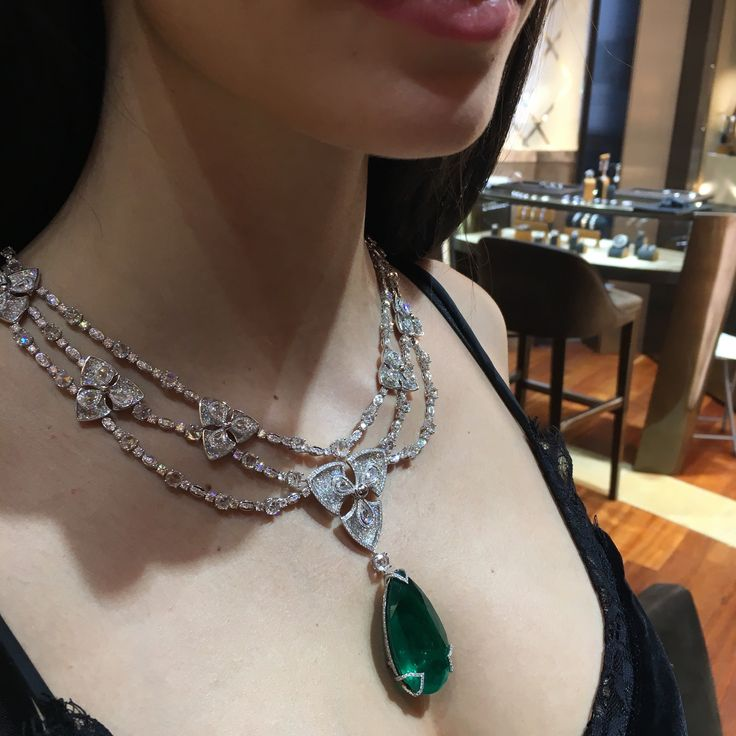 The Pear-shaped Colombian emerald necklace with diamonds by Avakian is set with a 78 carat Colombian emerald and 53 carats of diamonds. The central dimaond flower motif spins around with ease when touched. Discover the jewellery house from Geneva give fashion a playful spin: http://www.thejewelleryeditor.com/videos/fine-jewellery/house-of-fun-avakian-the-most-playful-jeweller-in-geneva/?action=play #jewelry