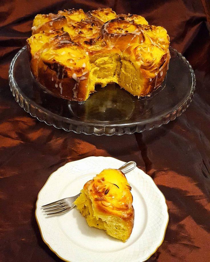 """921 gilla-markeringar, 29 kommentarer - Zeina Mourtada (@zeinaskitchen) på Instagram: """"Butterkaka med saffran och vaniljkräm💛 Den smakar himmelskt gott. En av de godaste bakverk jag har…"""""""