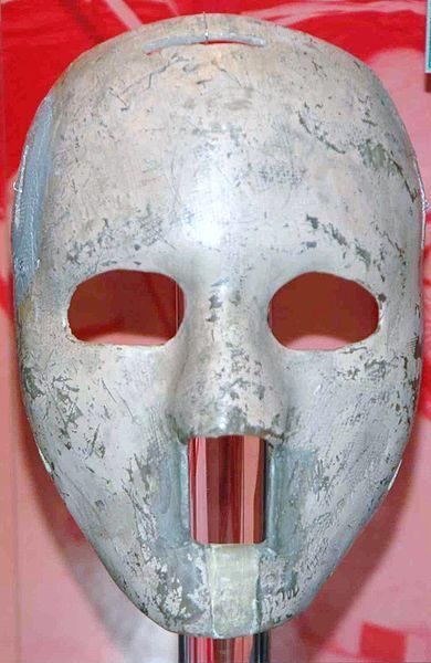 Le masque original de Jacques Plante fait de fibre de verre - Jacques Plante's original fibreglass mask