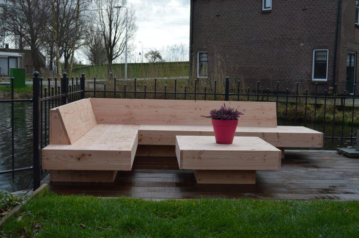 Loungebank voor buiten 'Languit met Douglas' Stoer en stijlvol hout verwerkt tot een idem tuinmeubel. De terugvallende onderzijde geeft een 'zwevend' effect zonder de stabilteit aan te tasten.