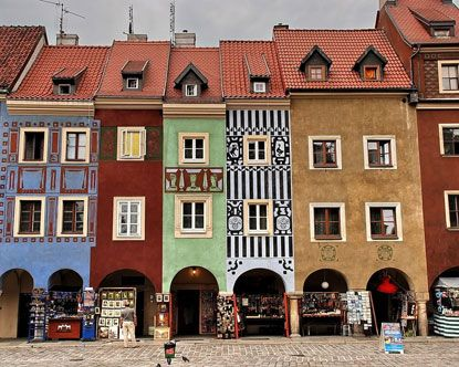 this is where my life is going to be until the end of June. this is the old city centre in Poznan, Poland and it's the freaking sweetest thing this side of the ocean.