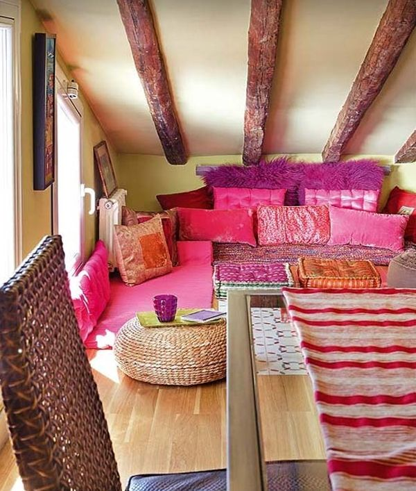 Penthouse Loft Is Located In Paris, Particularly A Sloping Ceiling And Small.  Interior Room Is Very Feminine, Is Clearly Visible On The Selection Of Pink  ...