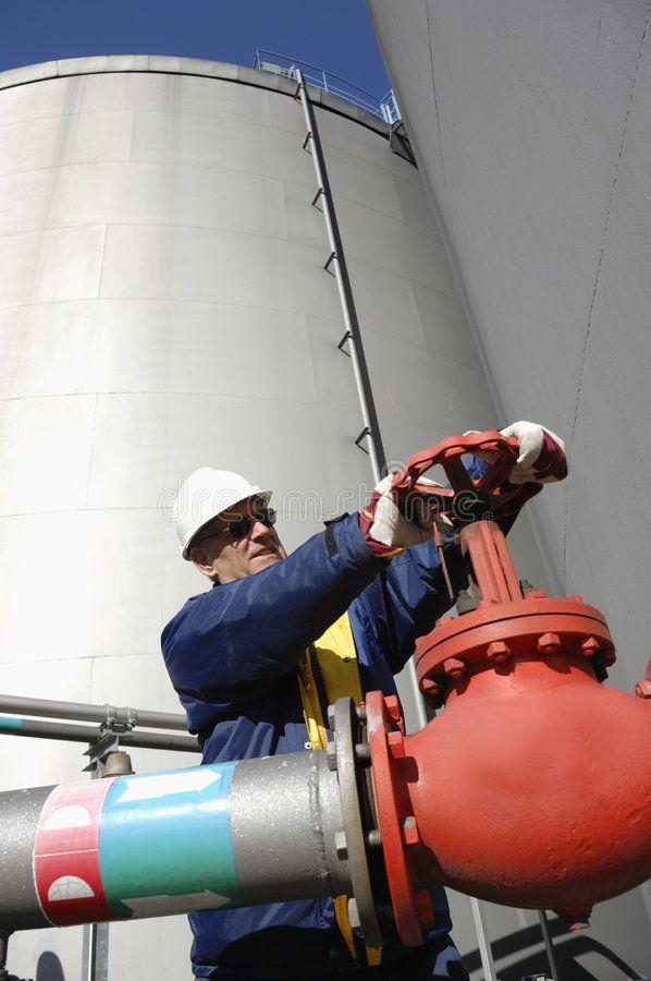 Engineering Oil And Gas Industry Engineers Working Inside Oil And Gas Refinery Ad Industry Engineers Working Oil And Gas Gas Industry Oil Rig Jobs