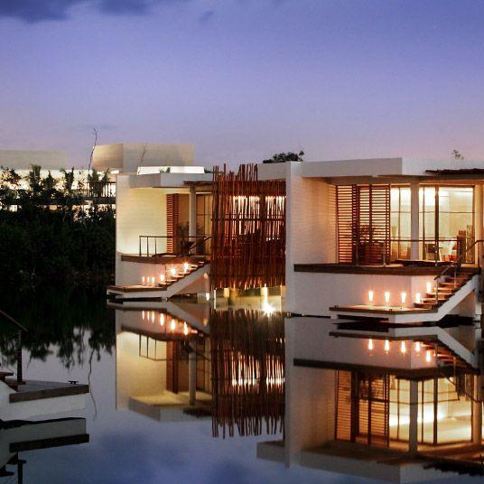 狂ったように混雑するカンクンからの避難場所として人気を集めつつあるリヴィエラ・マヤ。その一画に位置する大胆な建築様式の「ローズウッド・マヤコバ(Rosewood Mayakoba)」は、洗練に洗練を重ねた上品なホテルです。シンプルなフォルムの白い建物が、青い海、緑の木立、海につながっているように見えるプールやドラマチックな景観の海辺のゴルフコースを従え優雅に佇み、その内部は、郷土の伝統をさり気なく取り入れたインテリアでまとめられています。