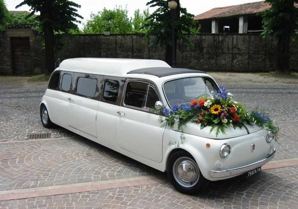 Trouwen op een speciale manier in een Fiat 500 limousine?