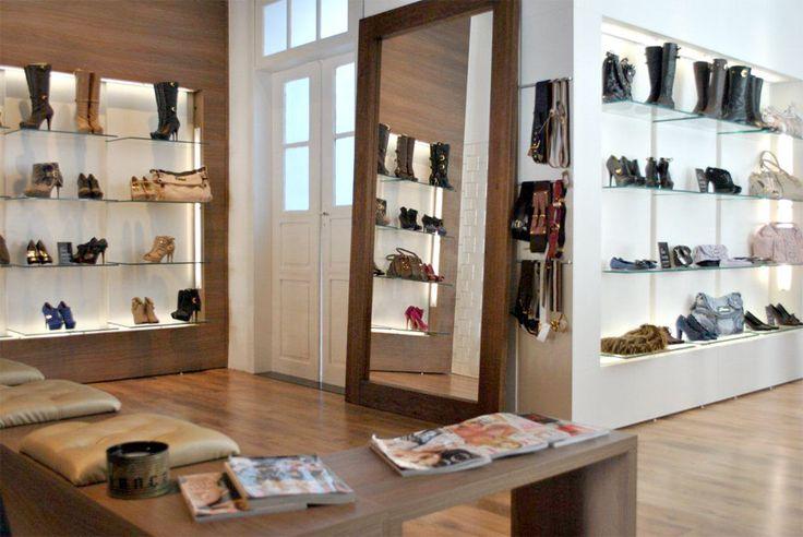 Projeto desenvolvido pelo escritório 501 arquitetura para a loja Villa Sante franquiado da Lança Perfume na cidade de Santa Maria -rs em 2011. Loja de roupas, projeto de comercial e interiores, casa antiga, exposição sapatos,