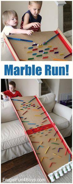 Diese selbstgebaute Murmelbahn ist ein riesen Spielspass für Kinder.