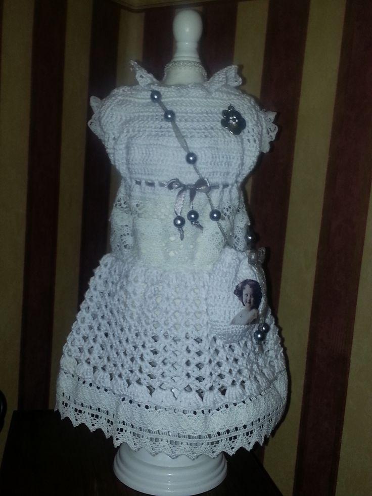 Vandaag een lief jurkje gemaakt met kant en haakwerk ,en een lief tasje met nostalgische foto en afgewerkt met een broche.