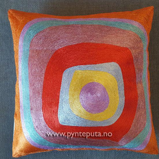 Pyntepute - Ellipse Silke 1. Denne pynteputen er en av tre puter i en serie som er inspirert av kunstneren Kandinsky. Det abstrakte uttrykket og bruken av spennende farger, skaper en spennende detalj i interiøret ditt. Fargene som er brukt er gullfarge, rustrød, kobber, lilla og rosa. Putetrekket er laget av silke og bomull brodert på bomullslerret. Fra nettbutikken www.pynteputa.no #pyntepute #pynteputer #pynteputa #farger