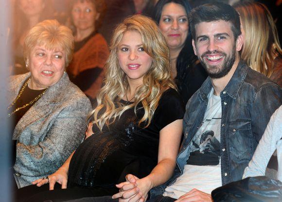 Shakira con su madre y Piqué en su última aparición pública antes de ser madre #cantantes #singers #pregnant #embarazadas #people #celebrities #famosas