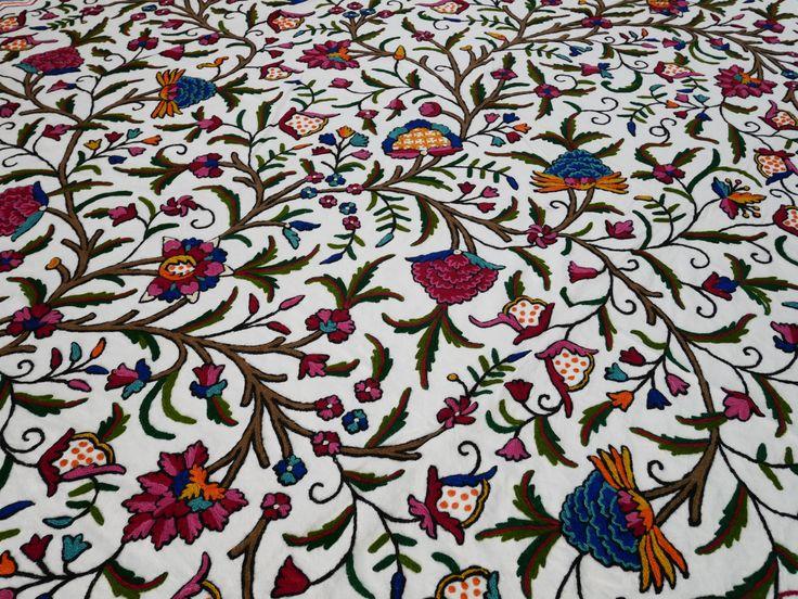 Indische bestickte Decke, Kashmiri Crewell Bettüberwurf, von Hand bestickt, Blumenmuster, boho, ethno, bunt, Doppelbett, Indien Decke von theshantihome auf Etsy