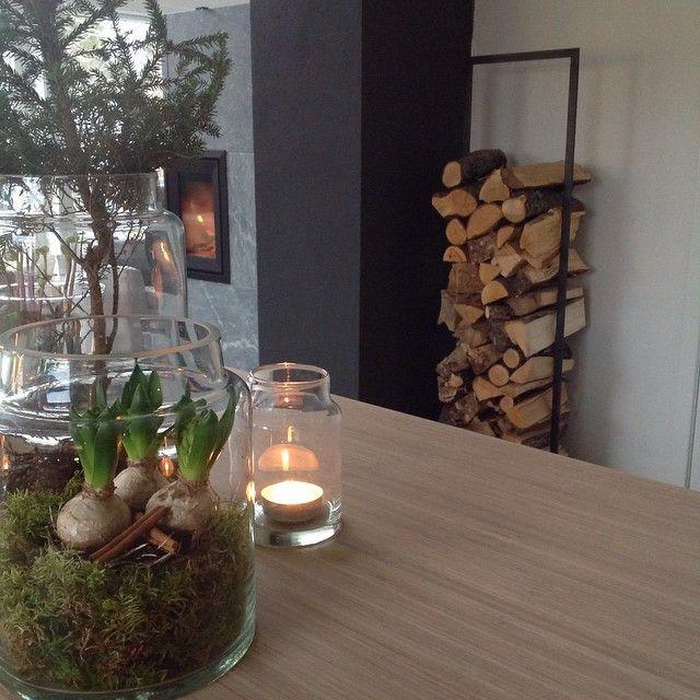 #Interiør #interior #inspirasjon #vedstativ #corneliashus #vedovn #jøtul #ildstedet #glass #tinek #blomster #svibler #lys #kjøkkenøy #hthkjøkken #bambus #kjøkken #stue