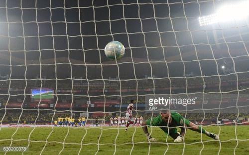 Kerala Blasters FC goalkeeper Graham Stack ® misses a... #saliesdebearn: Kerala Blasters FC goalkeeper Graham Stack ®… #saliesdebearn