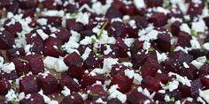 Bagte rødbeder med cremet feta og et drys friskhakkede krydderurter er herligt tilbehør.
