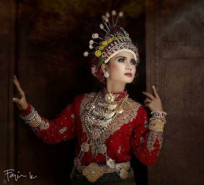 Beautiful Aceh Girl in Traditional Dress || Aceh, Indonesia. #womenfashion