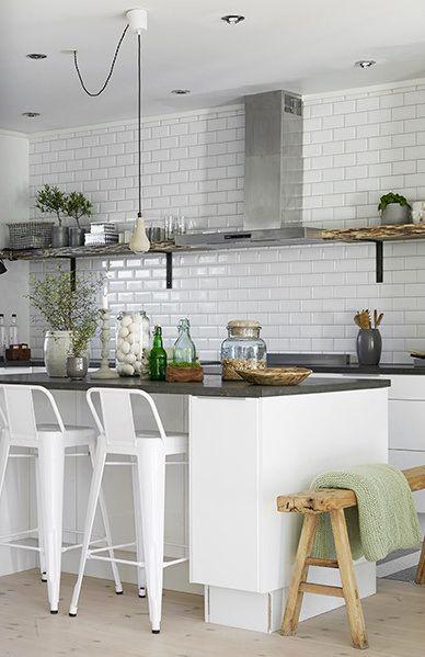 Jasna kuchnia. Biała kuchnia. Skandynawskie wnętrze. Białe płytki na ścianie w kuchni.