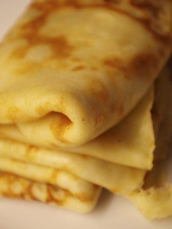 Recept på Gammaldags pannkakor. Enkelt och gott. Pannkakor görs på vetemjöl, mjölk och ägg och smaksätts med socker och salt. Smeten vispas ihop och steks i smör i stekpanna. Medan man steker är det klokt att röra i smeten då och då, så att inte allt mjöl sjunker till botten. Det finns många olika sätt att äta pannkakor på, men vispad grädde och sylt är en favorit bland de flesta. Annars är strösocker och en liten klick smör ett alternativ. Förr åts dessa pannkakor ofta kalla.