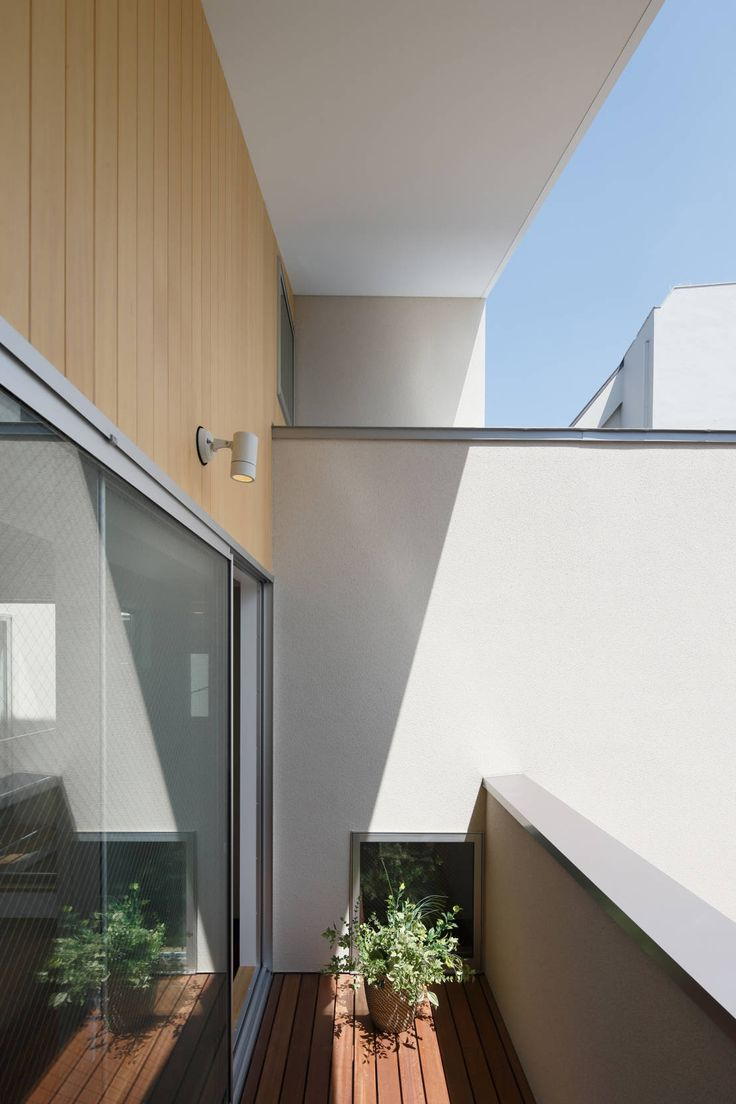 Skandynawski balkon, taras i weranda od アトリエ スピノザ #scandi #minimal #balkon  https://www.homify.pl/katalogi-inspiracji/599411/perla-minimalizmu
