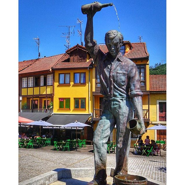 Best statue ever, the cider pourer in #Asturias!
