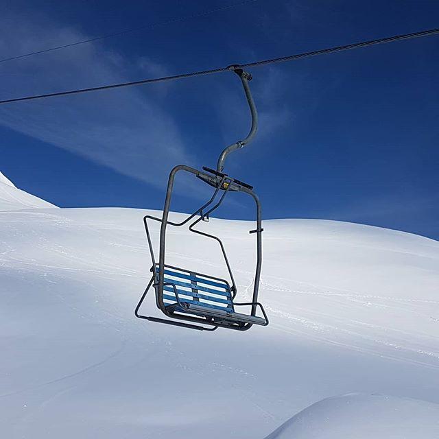 Wunderbar #retro leider in der letzten Saison. . . #inlovewithswitzerland #sesselbahn #festgeklemmt #Entspannungsberg #arosalenzerheide #arosa #snowfun #skifahren #enjoynature #endofseason