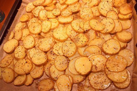 Ich liebe diese Kartoffelscheiben als Beilage. Denn sie gelingen leicht, schnell und schmecken einfach super. Außerdem kann ich die Chips einfach mit dem Fleisch zusammen im Ofen backen. Aber gerade Kinder mögen diese Kartoffeln auch einach so mit einem Dip.     Beschreibung des Rezepts siehe Video:  ZUTATEN: 9-10 mittlere junge Kartoffeln (mit dünner Schale) 1 Teelöffel Salz 1Teelöffel Paprikapulver (mild) 1 Teelöffel Oregano 2-3 Esslöffel Pflanzenöl Pfeffer nach Wunsch  FOLGT MIR…