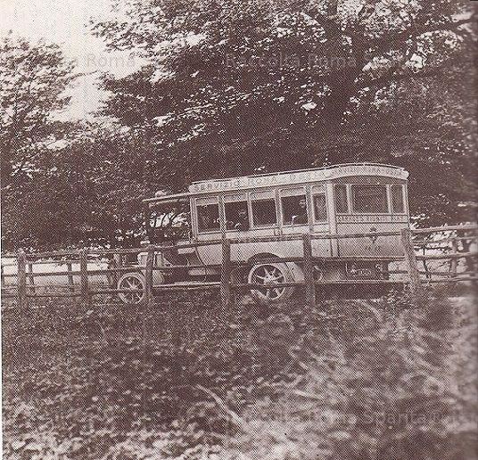 Foto storiche di Roma - Omnibus del servizio Roma-Ostia. Il centro marittimo era stato collegato a Roma mediante il prolungamento della via Ostiense Anno: 1918