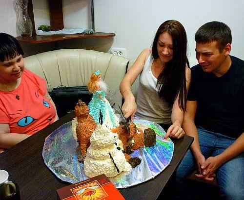"""Торт """" Холодное сердце """"  """" принцесса эльза """" кукла : маковые коржи ,крем вареная сгушенка ,брусника ,орех  """" Свен """"олень : бисквитные коржи ,шоколадный крем ,кедровый орех  """" Олаф """"снеговик : бисквит"""