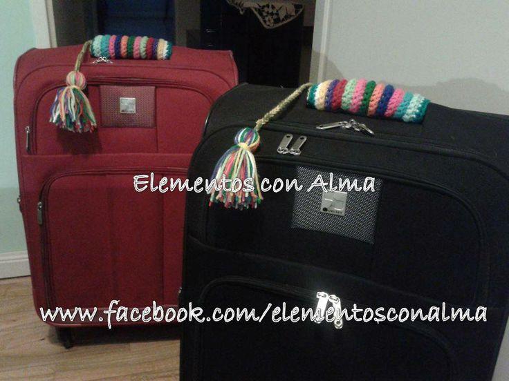 Identificador de equipaje!! Borlas coloridas y tiras de crochet para cubrir las manijas y personalizarlo.