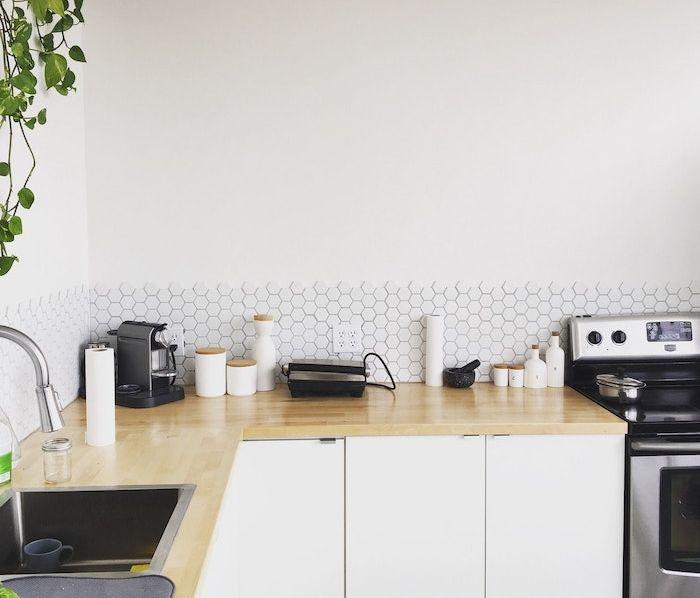 modele de petite cuisine équipée blanche avec plan de travail bois clair, credence carrelage blanc, electromenager inox