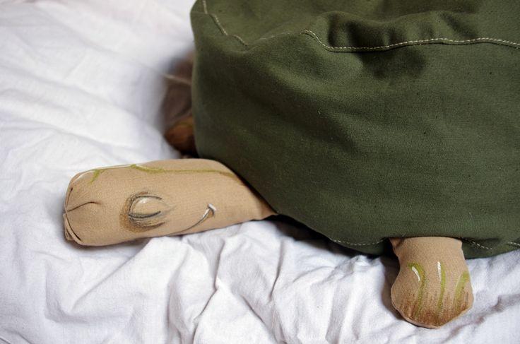 Somnambulní zviřátka - želva Extra válecí se želva. Může sloužit jako polštář pro spaní na posteli, nebo na stole, krunýř se jí dá pokreslit a může viset jako vycpanina na zdi. Anebo se na ní dá taky suprově sedět. Krunýř z bavlny vysoké gramáže, končetny z dyftýnu. Vycpaná dutým vláknem a v krunýři je navíc polštář s polystyrénovými kuličkami. Malováno ...