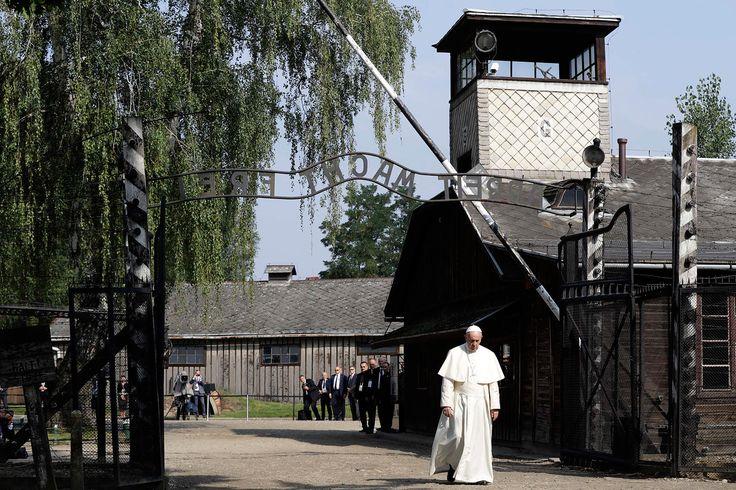 Папа римский входит в Освенцим. Фотография — Meduza