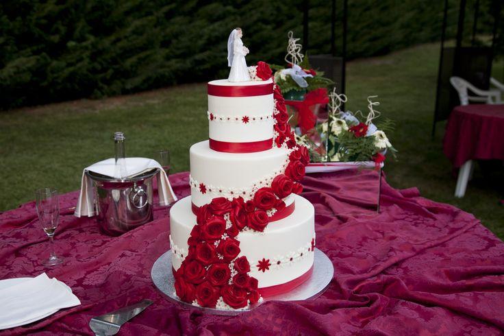 Torta in pasta di zucchero con cascata di rose, su base di polistirolo.