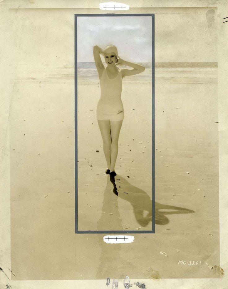 Badnummer Het Leven 1932. De Amerikaanse filmster Dorothy Jordan in een bevallige pose in badpak op het strand. Mooi voorbeeld van retouche [fotomontage]; foto heeft sporen van airbrush, een kader en paskruisjes. 1932.
