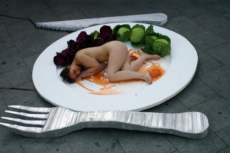 España. - Con un plato gigante cuyo principal ingrediente era la carne humana, para concienciar a la población acerca de la crueldad animal que se oculta detrás de nuestra alimentación. Es la primera vez que se lleva a cabo este tipo de acción en España.: Los Animal