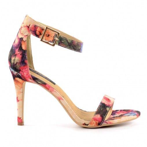 Ready for summer met deze vrolijke en kleurrijke sandalen met sexy stiletto hakken. De sandalen hebben een minimalistische band boven de tenen, een enkelband met gespsluiting en elastiek en een zomerse bloemenprint. De voering is gemaakt van zacht leer en