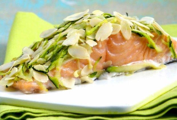 La ricetta che vogliamo proporvi è sana, facile da preparare e saporita. Oggi prepariamo ilsalmone norvegese con zucchine e mandorle!