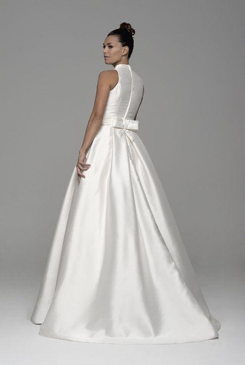 Vestido de novia Atria de Innovias en alquiler corte en A cuello chimenea confeccionado en micado y estilo clásico con cinturilla tableada