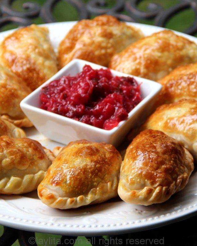Receta casera para empanadas de pollo o pavo, con un delicioso relleno de pollo o pavo, cebollas, ajo, pimientos, tomate, comino, orégano y vinagre balsámico.
